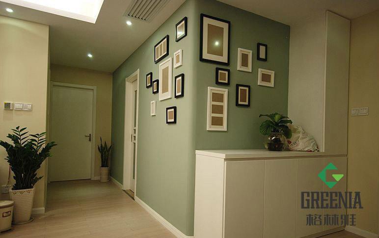 装饰板应用越来越广泛,可以让墙面不在单调,而且能在上面放置一些小物件,十分美观。 下面的案例,墙面简洁,颜色让人心情放松,同时安装了一些装饰架,效果很有田园气息,因此非常符合田园风格的家装。  下面的案例中,选择暗色系的纯色防火装饰板,与房屋本身的装修风格相契合。
